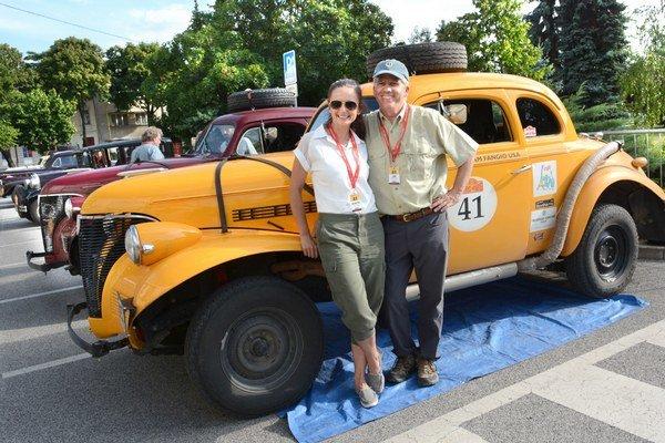 Alžbeta Katuščáková aJoe Robillard. Slovensko-americká posádka účastníka rallye zPekingu do Paríža.