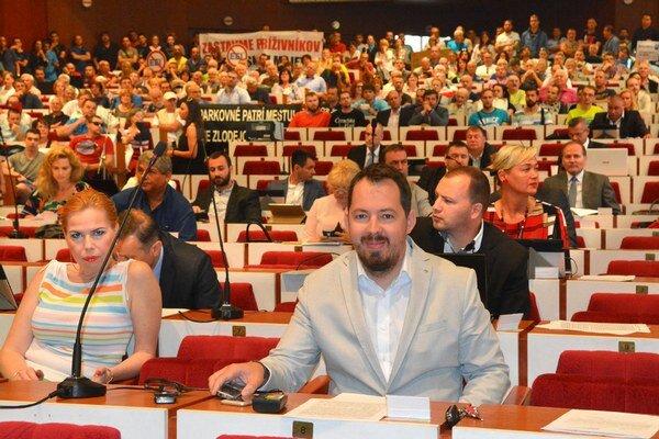 Zastupiteľstvo 13. júna 2016. Prečo až na ňom schválili poslanci prenájom pozemkov EEI, mesto nevysvetlilo.