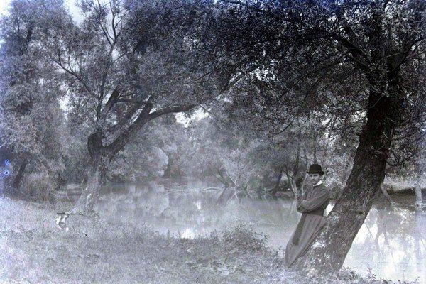 Na snímke samotný V. Petrík v kňazskom oblečení pri rieke, začiatok 20. storočia.