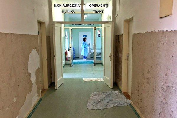 Vstup naoperačky. Odbory poukazujú na vážne hygienické nedostatky. Nemocnica ich odmieta.