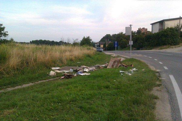 Odpad na Kostolianskej. Pracovníci Kositu na kopu odpadu zabudli.