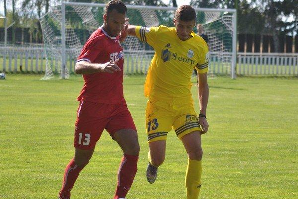 Súboj dvoch trinástok. Testovaní Karlo Savič (vľavo) aKristian Kushta.