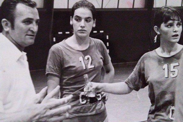 Yvetta Polláková vjuniorskej repre. Vľavo tréner Šosták, vpravo Prešovčanka Oľga Lipovská.