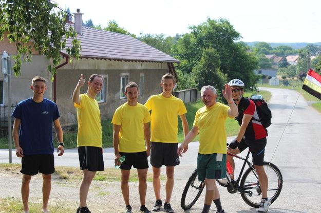 Bežci dostali žlté tričká s logom levočskej Panny Márie.