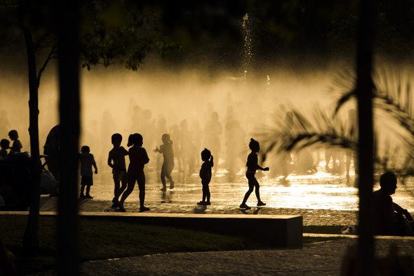 Deti sa schladzujú vo fontáne neďaleko madridskej rieky Manzanares. Teploty v roku 2015  boli v Španielsku mimoriadne vysoké.