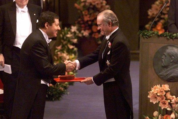 Ahmed Zewail (napravo) pri preberaní Nobelovej ceny za chémiu od švédskeho kráľa Karola XVI. Gustáva.