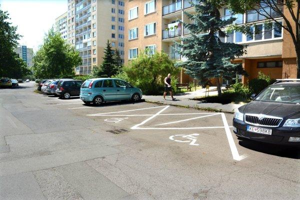 Miesta pre ŤZP. Podľa obyvateľov Jantárovej sú parkovacie miesta pre invalidov večne prázdne.