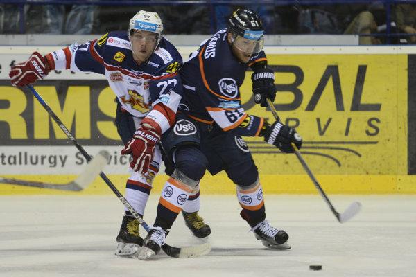 Marek Bartánus (v modrom) v tretej tretine vyrovnal, ale v predĺžení ešte Košice inkasovali.