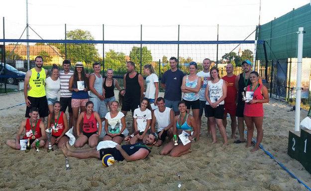 Spoločná snímka účastníkov turnaja v plážovom volejbale.
