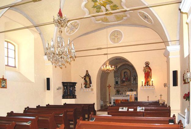 Vnútro kostola. Pod omietkami sa môžu skrývať staré maľby.