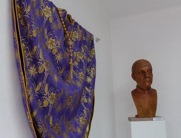 Busta od sochára Milana Ormandíka.