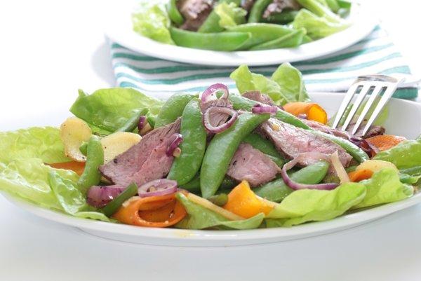 Steak šalát s cukrovým hráškom a koreňovou zeleninou