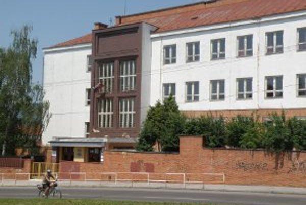 vyučovanie v škole na Mariásnkej bude pokračovať.