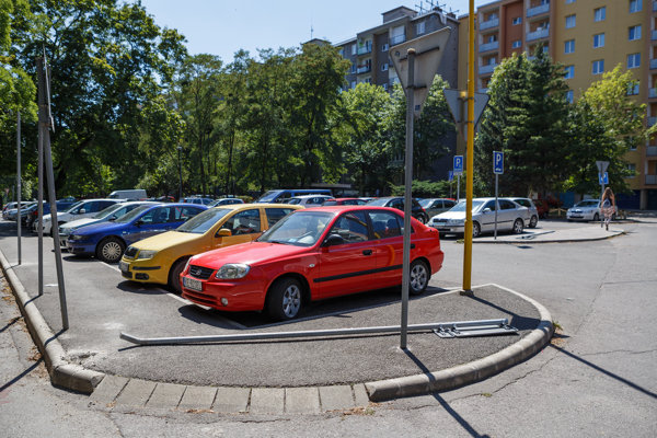 Pohrebisko na Tatranskej. Dovedna sedem zničených značiek sme našli na jedinej ulici.