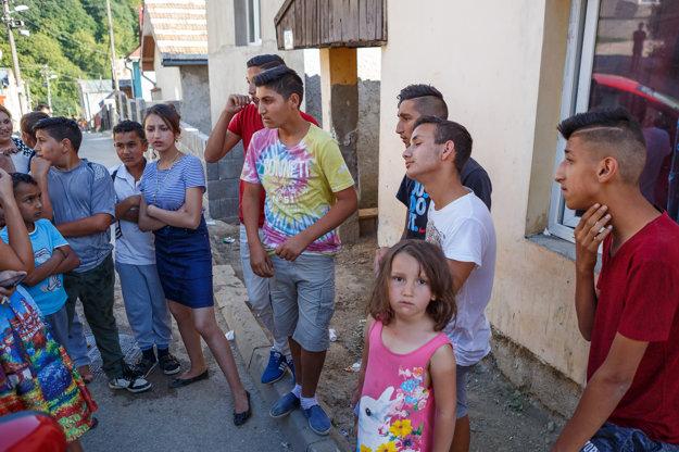 Dobrovoľníci z osady. Vpondelok večer sa vybrali do okolia dediny hľadať mladú ženu.