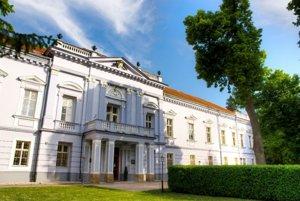 Múzeum sa nachádza neďaleko Mojmírovského kaštieľa.