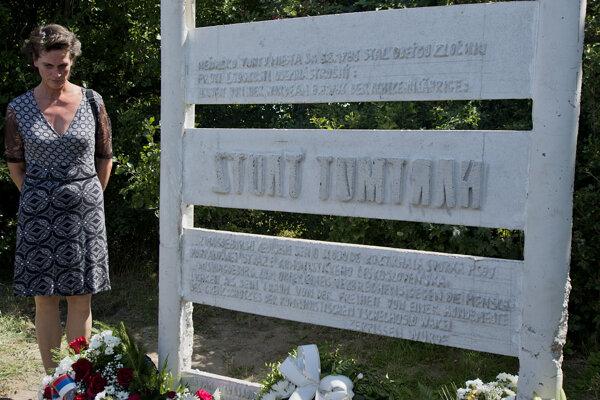 Na snímke Carola Tautzová pri pamätníku svojho zosnulého brata Hartmuta Tautza.
