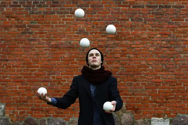 Žonglér Martin Herian si loptičky vyhadzuje od deviatich rokov. Dnes sa žonglovaniu venuje profesionálne.