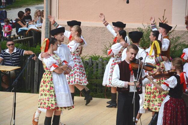Folklórne vystúpenie. Na pódiu vystúpili folkloristi zVlachova, okolia izďaleka.
