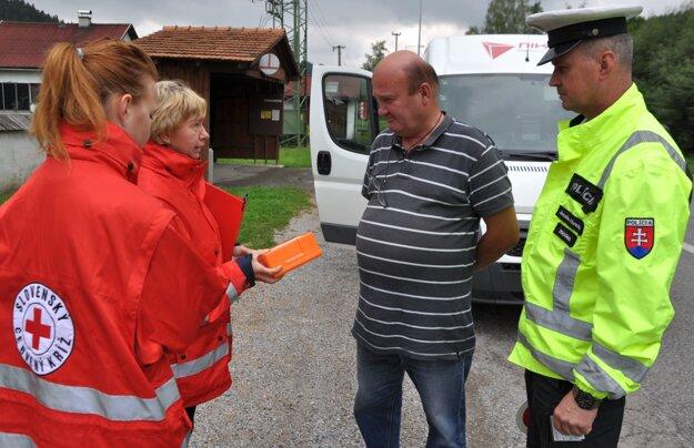 Dobrovoľníčky Slovenského Červeného kríža kontrolovali lekárničky.