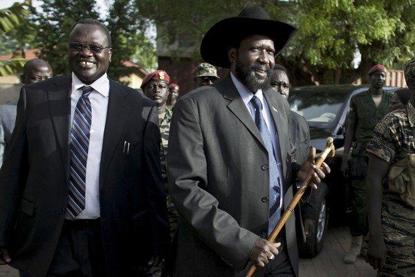Vodca povstalcov Riek Machar (vľavo) a prezident Južného Sudánu Salva Kiir.