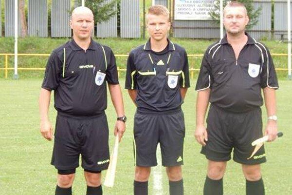 Rozhodcovská trojica. V strede najmladší - Maroš Barboriak.