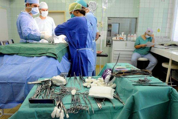 Na zabezpečenie prípadnej mimoriadnej udalosti nemocnica vyčlenila personál a pripravili operačné sály. ILUSTRAČNÉ FOTO