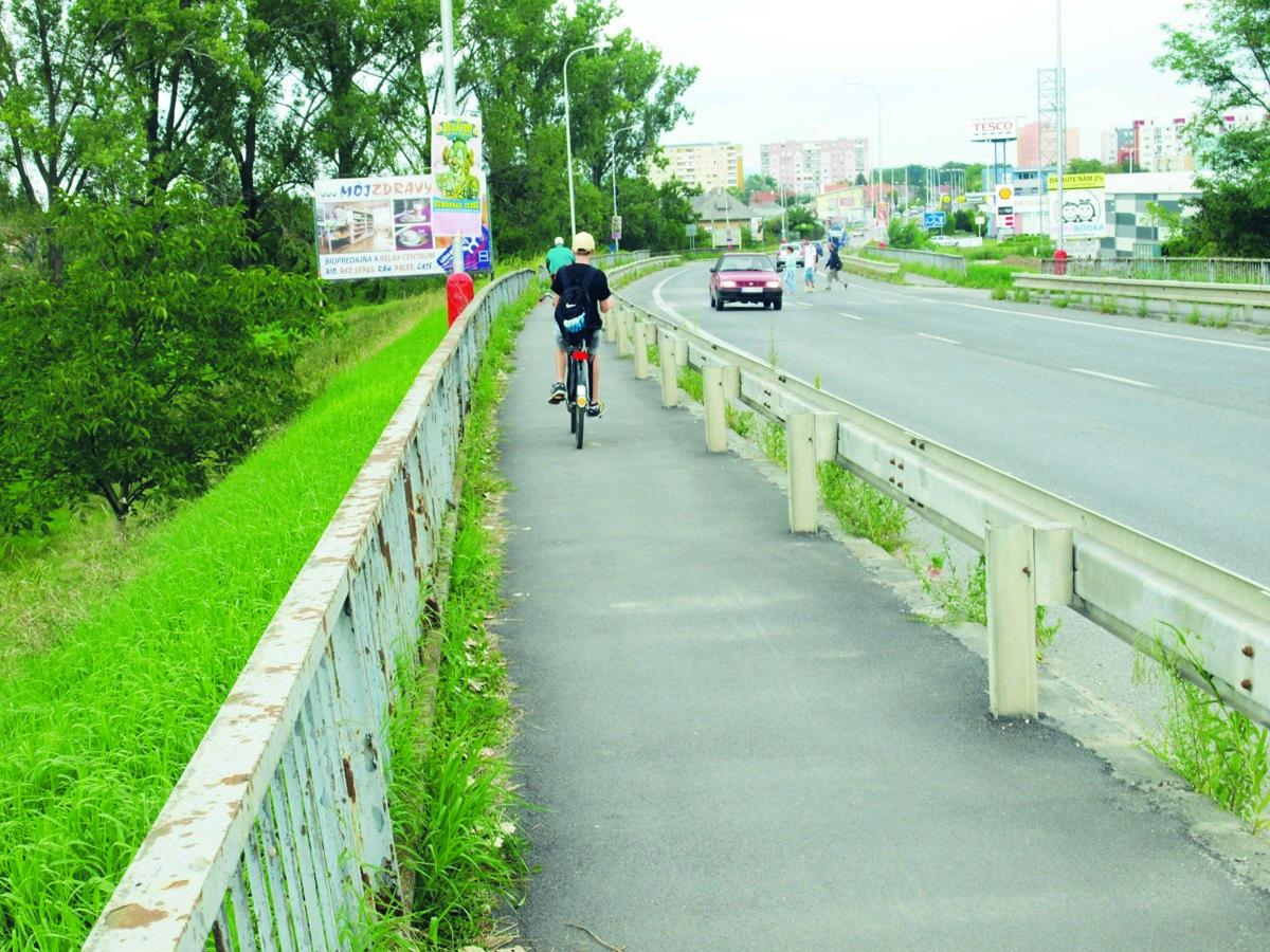 1c18ce2f9 Na cyklistov si posvieti mestská polícia, chcú dbať na bezpečnosť chodcov.