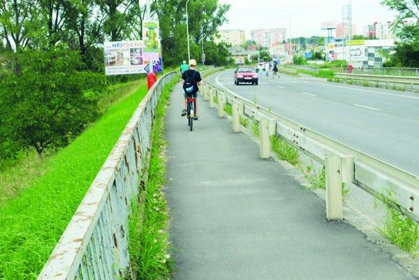 Na cyklistov si posvieti mestská polícia, chcú dbať na bezpečnosť chodcov.