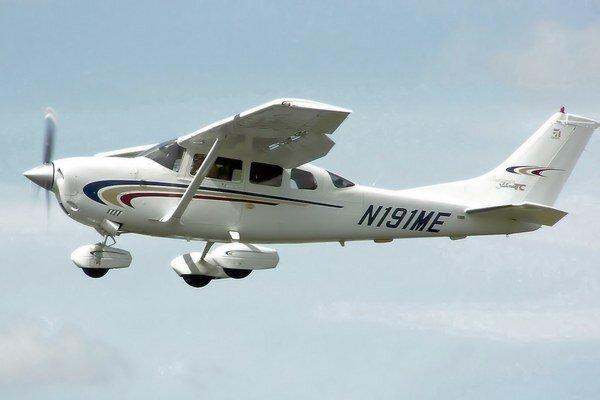 Bežný typ lietadla značky Cessna 206.