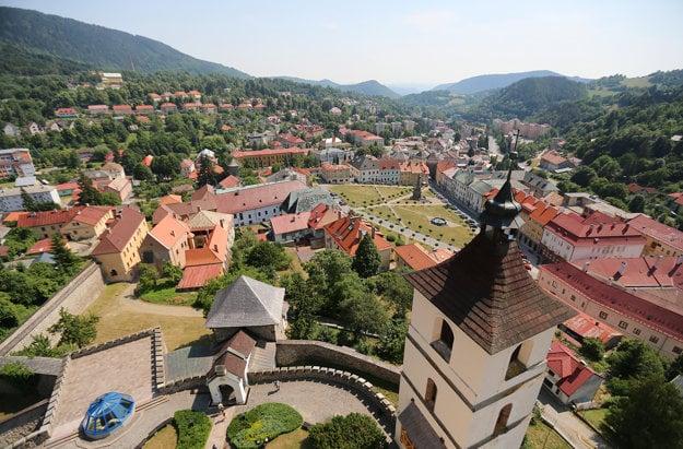 Kremnica. Výhľad z veže Kostola sv. Kataríny na Mestskom hrade. Tvorí ho viacero budov a jeho opevnenie  sa napája na mestské hradby.
