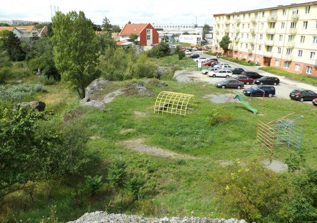 Mesto dá oplotiť aj dolnú časť bane, ktorá susedí s obytným domom a detským ihriskom.