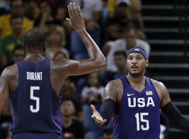 Americkí basketbalisti Kevin Durant (vľavo) a Carmelo Anthony.