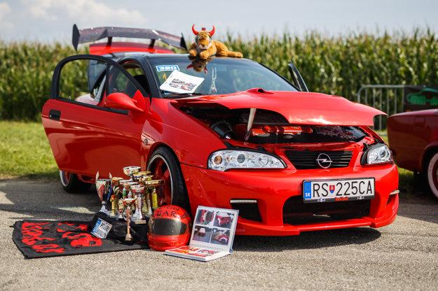 """Opel Tigra. Tohto """"tigríka"""" kúpili jeho aktuálni majitelia z Rimavskej Soboty za 120 eur, toľko totiž stáli nové pneumatiky, ktoré doňho vrazil ich predchodca... Motor má zo športovej verzie Opel Astra, podvozok je tiež čisto pretekársky a aj vďaka sedačkám sa tam cítite ako profijazdec."""