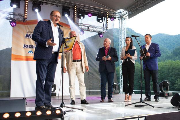 Riaditeľ festivalu Ján Kubiš pri odovzdávaní cien.