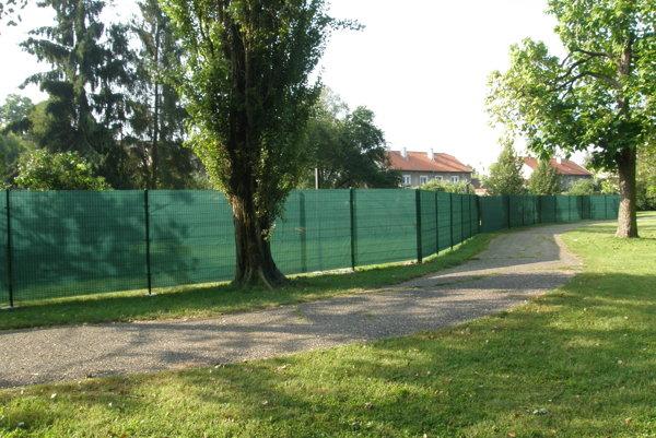 Nový plot v parku stojí na cirkevnom pozemku. Za ním je trávnik, ktorý bol predtým prístupný verejnosti.