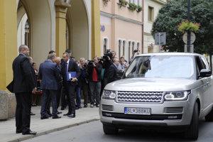 Na snímke vľavo so spismi štátny tajomník ministerstva dopravy, výstavby a regionálneho rozvoja SR Viktor Stromček.