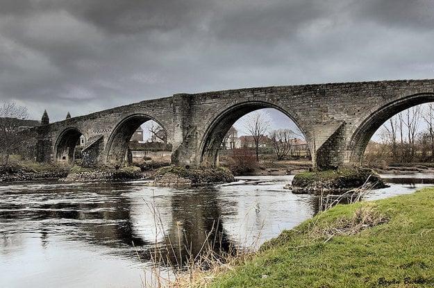 Angličania dostali na frak na Starom moste v Stirlingu nad riekou Forth.
