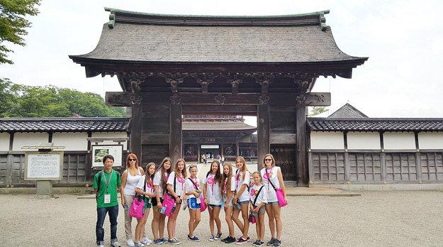 Pred chrámom, ktorý patrí medzi 12 najvýznamnejších pamiatok vkrajine.