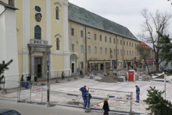 Modernú pešiu zónu bude mať Prievidza pre piaristickým kostolom.