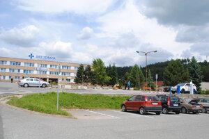 Nemocničné parkovisko. O50-centovom parkovnom na ňom sa diskutovalo dlhšie ako oúpravách rozpočtu KSK.