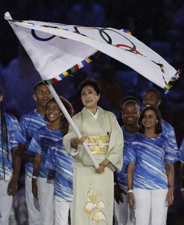 Koikeová vlajku prebrala počas záverečného ceremoniálu Olympijských hier v Riu de Janeiro.