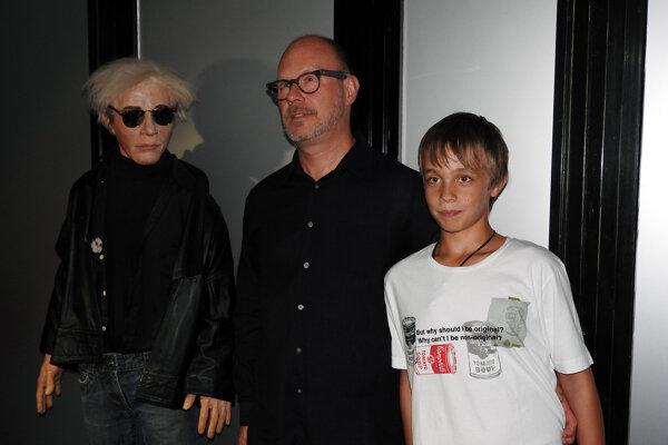 Donald Warhola, synovec Andyho Warhola, viceprezident Andy Warhol foundation for the visual art v New Yorku, so synom Andym pri soche známeho umelca, ktorá sa nachádza v Múzeu moderného umenia Andyho Warhola v Medzilaborciach.