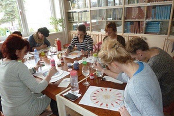 Čarokruhy maľované na hodvábe boli aktivitou, ktorá zaujala naplno v Liptovskom Mikuláši nielen ženy z Liptova.
