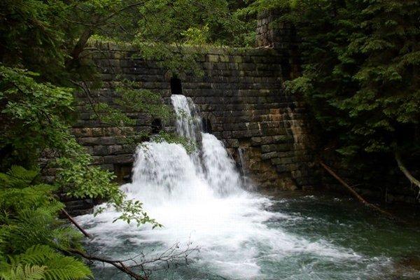 Múr je na nádrži veľmi zničený. Na niektorých miestach je múr narušený nielen prasklinami, ale aj dierami po skalách, ktoré vyplavila voda.