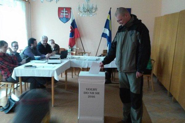 V Matiašovciach chodia ľudia voliť priebežne.