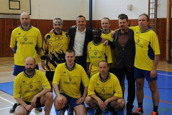Futbalový tím gymnázia zložený z učiteľov.