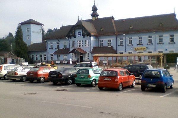 Parkovisko pred železničnou stanicou je často plné. Veľa šoférov tu parkuje aj niekoľko hodín vkuse.