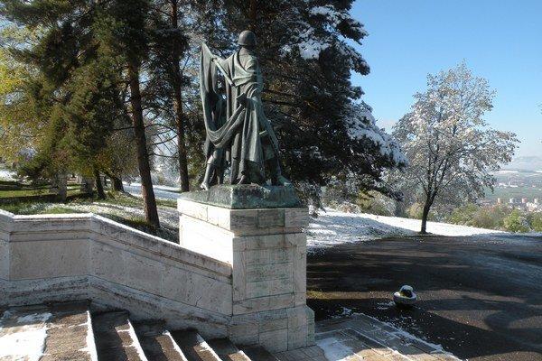 Jeho umiestnenie navrhli tak, aby neprekážal pohľadu na pamätník a tvoril samostatný prvok.