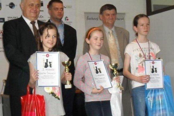 Prvé tri vkategórii do 12 rokov. Zľava druhá Kristína Šubjaková, víťazka Natália Ivanecká, tretia Simona Koreňová.